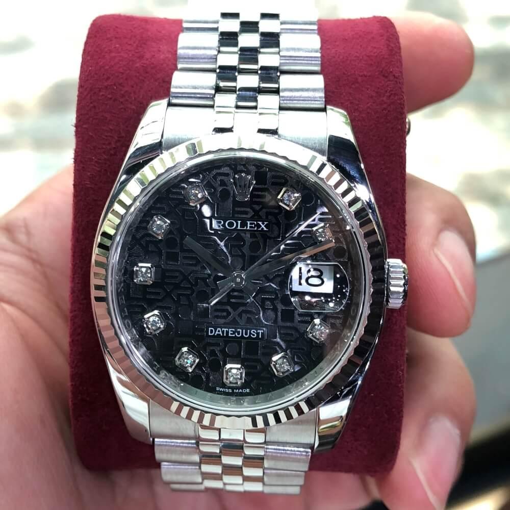 Tình trạng:Đã qua sử dụng, còn mới và rất đẹp Hộp sổ đính kèm:Chỉ còn đồng hồ Năm:2009 – 2010 Hãng sản xuất:Rolex Bộ sưu tập: Datejust Tham chiếu: 116234 Đồng hồ: Nam Kích thước: 36mm Chất liệu vỏ đồng hồ: Thép không gỉ 904L Chức năng hiển thị:Hiển thị thời gian, ngày Loại máy: Rolex Calibre 3135 tự động Loại dây đeo: Dây đeo Jubilee thép Mặt số: Mặt vi tính màu đen Bezel:Cố định, Khía Khả năng chống nước:100m Bảo hành:12 tháng tại cửa hàng Bao quay đầu:10-20%/ Năm